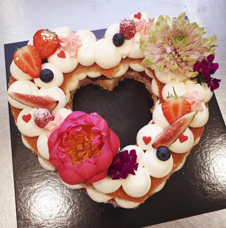 Wonderlijk Hart taart met bloemen bezorgen in de regio Kerkdriel en Den Bosch JE-24